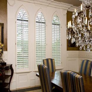 Idée de décoration pour une salle à manger tradition fermée et de taille moyenne avec un sol en calcaire.