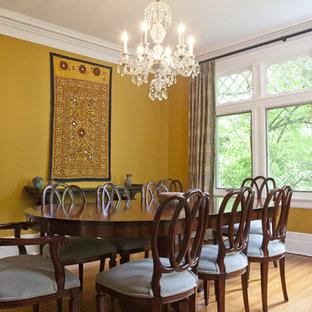 Foto på en eklektisk separat matplats, med gula väggar och ljust trägolv