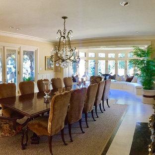 Imagen de comedor de cocina vintage, grande, con paredes beige, suelo de baldosas de cerámica, chimenea tradicional, marco de chimenea de madera y suelo beige