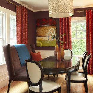Immagine di una sala da pranzo aperta verso la cucina design di medie dimensioni con pareti rosse, parquet chiaro e nessun camino
