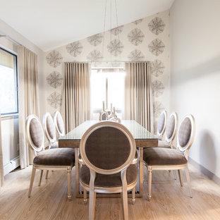 Inspiration för en mellanstor vintage separat matplats, med grå väggar, ljust trägolv och vitt golv