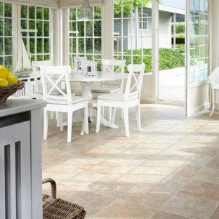 Пример оригинального дизайна: кухня-столовая среднего размера в классическом стиле с белыми стенами, полом из сланца и разноцветным полом без камина