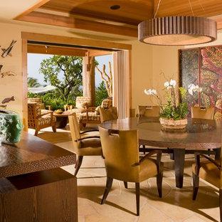 Cette image montre une salle à manger ethnique avec un mur beige.