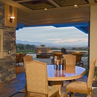 Idéer för en mycket stor amerikansk matplats, med beige väggar, en standard öppen spis och en spiselkrans i tegelsten