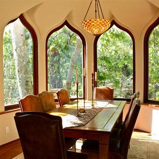 Idee per una sala da pranzo eclettica con pareti beige e parquet scuro