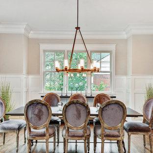 Ispirazione per una sala da pranzo tradizionale chiusa e di medie dimensioni con pareti beige, parquet scuro, nessun camino e pavimento marrone