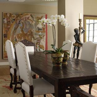 Foto de comedor tradicional, de tamaño medio, abierto, sin chimenea, con paredes beige y suelo de madera clara