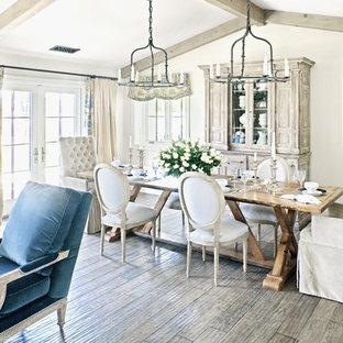 Неиссякаемый источник вдохновения для домашнего уюта: столовая в стиле шебби-шик с темным паркетным полом и бежевыми стенами