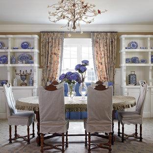 Foto di una sala da pranzo country con pareti marroni e moquette
