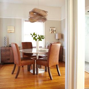 Exemple d'une salle à manger tendance fermée avec un mur beige et un sol en bois brun.