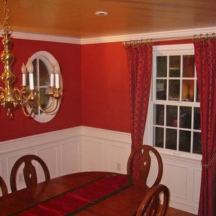 Esempio di una sala da pranzo classica chiusa e di medie dimensioni con pareti rosse, pavimento in legno massello medio e nessun camino