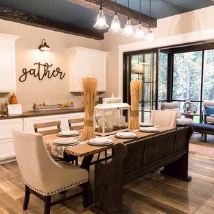 Idée de décoration pour une salle à manger ouverte sur le salon tradition de taille moyenne avec un mur beige, un sol en vinyl et un sol marron.
