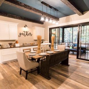Inredning av en klassisk mellanstor matplats med öppen planlösning, med beige väggar, vinylgolv och brunt golv