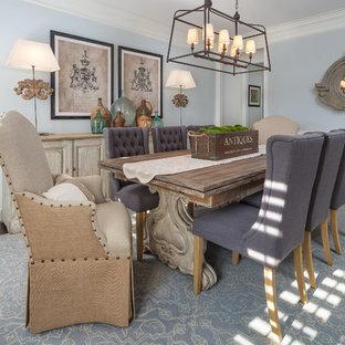 Idées déco pour une salle à manger campagne fermée avec mur métallisé, un sol en bois foncé et un sol marron.