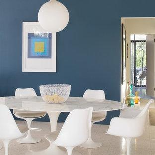 Immagine di una sala da pranzo con parquet chiaro e pavimento marrone