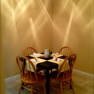 Foto di una piccola sala da pranzo bohémian chiusa con pareti beige, pavimento con piastrelle in ceramica e nessun camino