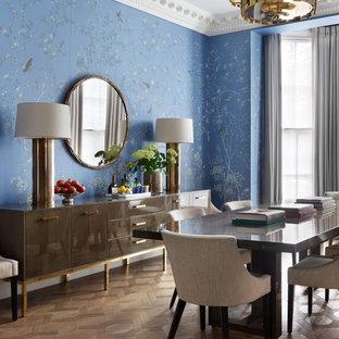 Неиссякаемый источник вдохновения для домашнего уюта: столовая в стиле современная классика с синими стенами, светлым паркетным полом и коричневым полом
