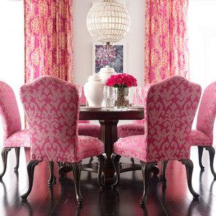 На фото: маленькие отдельные столовые в стиле шебби-шик с белыми стенами, темным паркетным полом и коричневым полом без камина