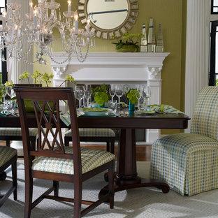 Diseño de comedor clásico, pequeño, cerrado, con paredes beige, chimenea tradicional, marco de chimenea de baldosas y/o azulejos y suelo marrón