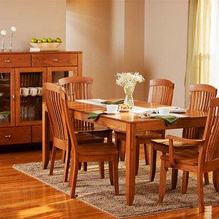 Foto de comedor tradicional renovado, de tamaño medio, abierto, sin chimenea, con paredes beige, suelo de madera en tonos medios y suelo marrón