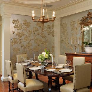 Esempio di una sala da pranzo tradizionale con pareti multicolore e pavimento in legno massello medio