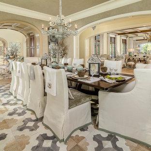 Foto de comedor clásico con suelo de madera en tonos medios y paredes beige