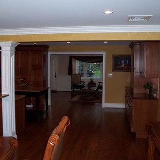 Ispirazione per una grande sala da pranzo aperta verso la cucina tradizionale con pareti gialle e pavimento in legno massello medio