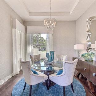 Выдающиеся фото от архитекторов и дизайнеров интерьера: отдельная столовая в морском стиле с серыми стенами, темным паркетным полом и синим полом
