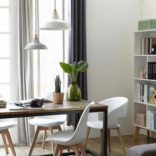 Ispirazione per una sala da pranzo scandinava chiusa e di medie dimensioni con pareti bianche, pavimento in gres porcellanato, camino bifacciale, cornice del camino in cemento e pavimento bianco