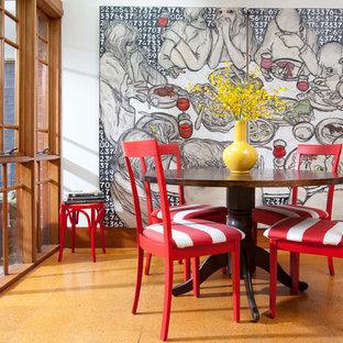 Пример оригинального дизайна интерьера: маленькая столовая в современном стиле с белыми стенами, пробковым полом и коричневым полом
