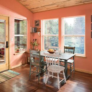 Idee per una piccola sala da pranzo aperta verso la cucina rustica con pavimento in legno massello medio e pareti rosa