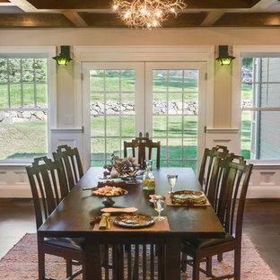 Esempio di una sala da pranzo aperta verso il soggiorno stile americano di medie dimensioni con pareti beige e parquet scuro