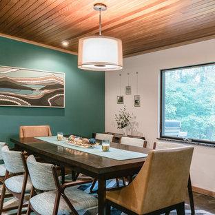 Ispirazione per una sala da pranzo aperta verso la cucina minimalista con pareti verdi, pavimento in ardesia e pavimento multicolore