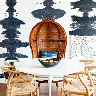 Imagen de comedor costero, pequeño, con paredes azules, suelo de madera clara y suelo beige