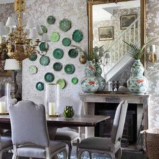 Shabby-Look Esszimmer mit beiger Wandfarbe, dunklem Holzboden und Kamin in Dorset
