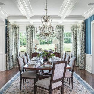 Imagen de comedor clásico, grande, cerrado, sin chimenea, con paredes azules, suelo de madera oscura y suelo marrón