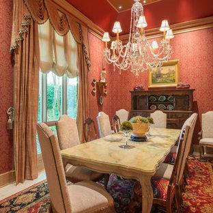 Idee per una sala da pranzo tradizionale chiusa e di medie dimensioni con pareti rosse, pavimento in pietra calcarea e pavimento bianco