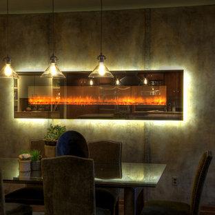 Esempio di una sala da pranzo minimal di medie dimensioni con pareti grigie, camino lineare Ribbon e cornice del camino in cemento