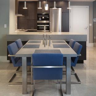 Inspiration för mellanstora moderna kök med matplatser, med grå väggar och klinkergolv i porslin