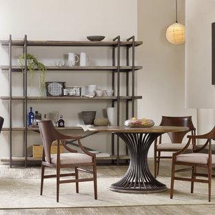 Diseño de comedor de cocina rural, pequeño, con paredes blancas, suelo de madera clara, chimenea lineal y marco de chimenea de hormigón