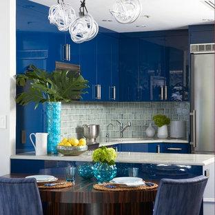 ボストンの中くらいのコンテンポラリースタイルのおしゃれなダイニングキッチン (青い壁、暖炉なし) の写真
