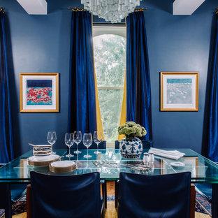 ワシントンD.C.のトラディショナルスタイルのおしゃれなダイニング (青い壁、無垢フローリング) の写真