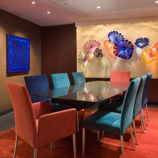 Idee per una sala da pranzo design chiusa con pareti marroni, pavimento in gres porcellanato e pavimento rosso