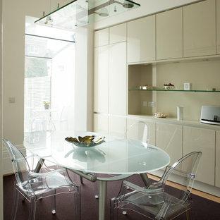 Exemple d'une salle à manger ouverte sur la cuisine tendance avec un mur beige, moquette et un sol violet.