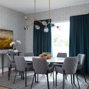 Réalisation d'une salle à manger design de taille moyenne avec aucune cheminée, un mur gris et un sol en bois foncé.