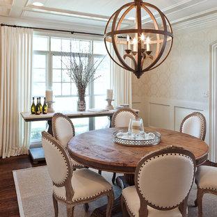 Ispirazione per una sala da pranzo tradizionale chiusa con pareti beige, parquet scuro e pavimento marrone
