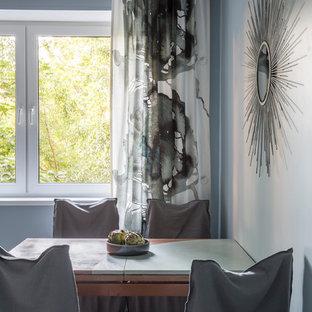 Idee per una piccola sala da pranzo aperta verso la cucina scandinava con pavimento in gres porcellanato, pavimento bianco e pareti blu