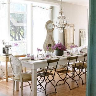 Esempio di una sala da pranzo stile shabby con pavimento in legno massello medio e pareti beige