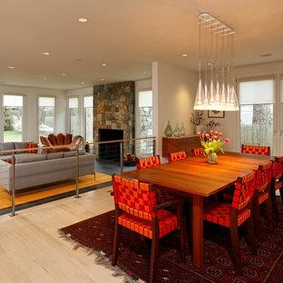 Inspiration för mellanstora moderna matplatser med öppen planlösning, med vita väggar, ljust trägolv, beiget golv, en dubbelsidig öppen spis och en spiselkrans i trä