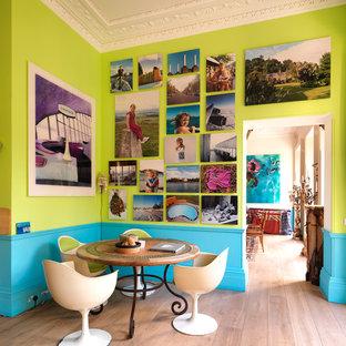 Diseño de comedor bohemio con paredes multicolor y suelo de madera clara